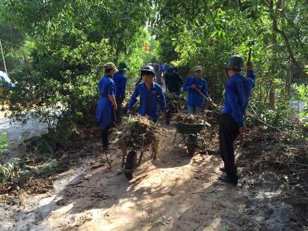 ĐVTN tham gia phát quang, dọn vệ sinh và san lấp mặt bằng đường giao thông nông thôn tại thôn Ngọc Mỹ, xã Tam Phú