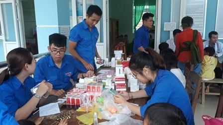 ĐVTN tham gia khám phát thuốc miễn phí cho nhân dân