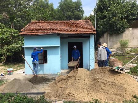 ĐVTN tham gia sơn sửa nhà cho hộ gia đình nghèo