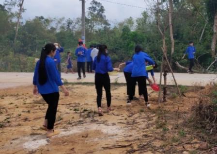 An Phú: Chăm sóc hàng cây thanh niên tại rừng cây Bác Hồ