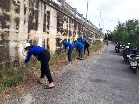 Phước Hòa: ra quân dọn vệ sinh chân cầu Kỳ Phú