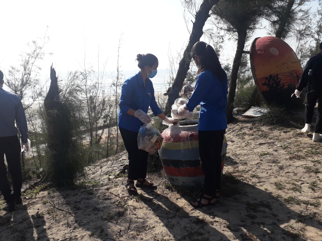 ĐVTN tham gia dọn vệ sinh tại con đường thuyền thúng