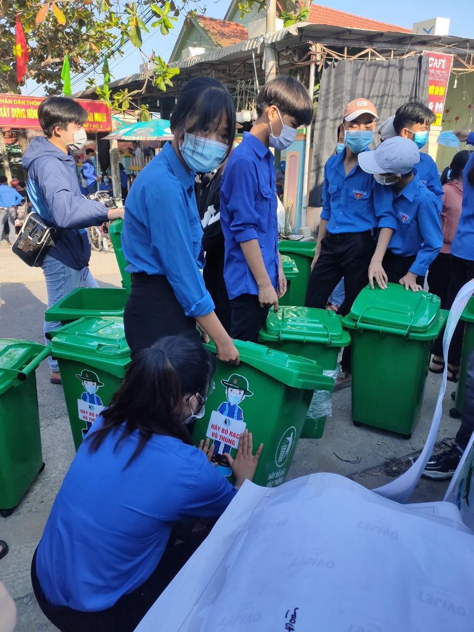 ĐVTN tham gia lắp đặt giỏ rác tặng các hộ gia đình